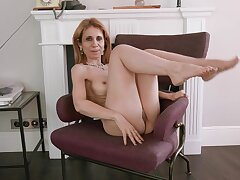 Amateur mature Karolina moans while identity card her juicy cunt